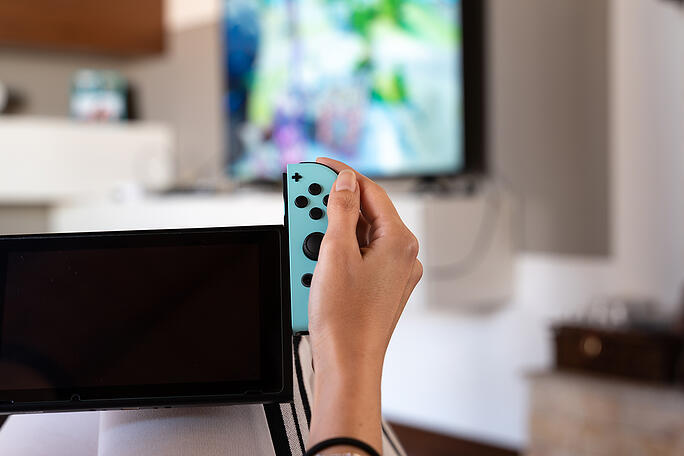 handheld-gaming-console-with-detachable-controller